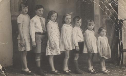 Deolali. 1931 [L. to R. Na'ama: Sonny: Teedie: Maureen: Ken: Toodie (my Mum): Judy]